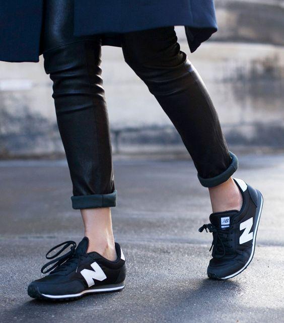 New Balance bleu marine + slim en cuir noir roulotté sur la cheville = le bon mix (photo Oracle Fox)