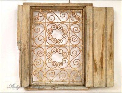 D tails sur fen tre en bois peint et fer forg maroc xxe for Decoration fenetre marocaine