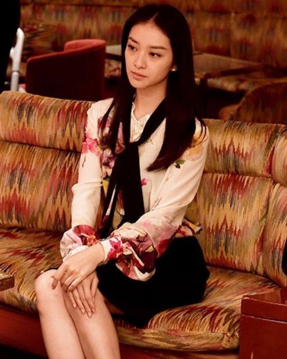 「黒革の手帖」でソファーに座る武井咲