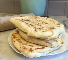 Une recette de naans sans gluten, à tomber. Vous pouvez les faire natures ou au fromage (de chèvre ici). Ces petits pains indiens sont vraiment super chouettes, à servir par exemple tièdes avec des petites tartinades [ houmous / caviar d'aubergine / tapenade / guacamole … ], une idée originale …