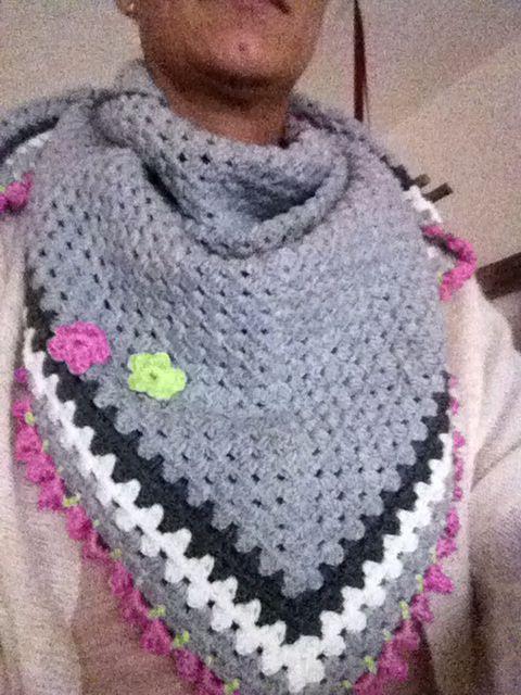 Omslag sjaal basis van haken en kleur. Rand is van de tulpensteek