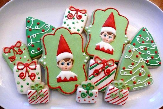 Elf no tan espeluznante en las galletas del estante