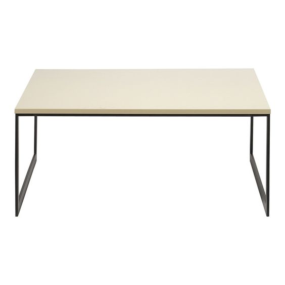 275 La unión del metal con la madera puede dar resultados sorprendentes y actuales de mucha elegancia. Esta mesa de centro es un muy buen ejemplo con la tapa de fibra de madera prensada de color crema y la estructura metálica de color negro. Una mezcla arrebatadora.