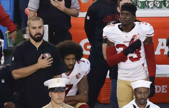 Colin Kaepernick s'agenouille durant l'hymne américain le 1er septembre 2016.