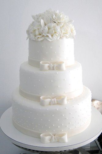 Wedding cake with bows and polka dots: