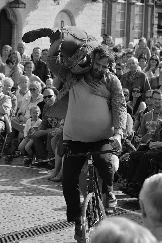 https://flic.kr/p/BMChvZ   BoulevArt Dendermonde 2015 - Compagnie RasOterrA - 6   Pictures taken by Björn Roose: streetphotography.