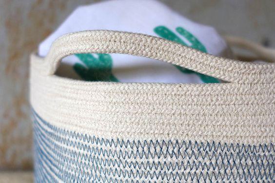 Ganz einfach aus einer Baumwollkordel einen schönen Aufbewahrungskorb nähen - hier findet ihr die Nähanleitung mit vielen Bildern und Tipps.