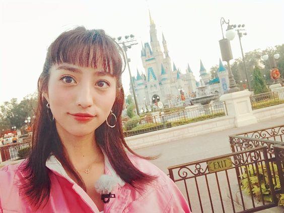 ディズニーランドに遊びに来ている堀田茜