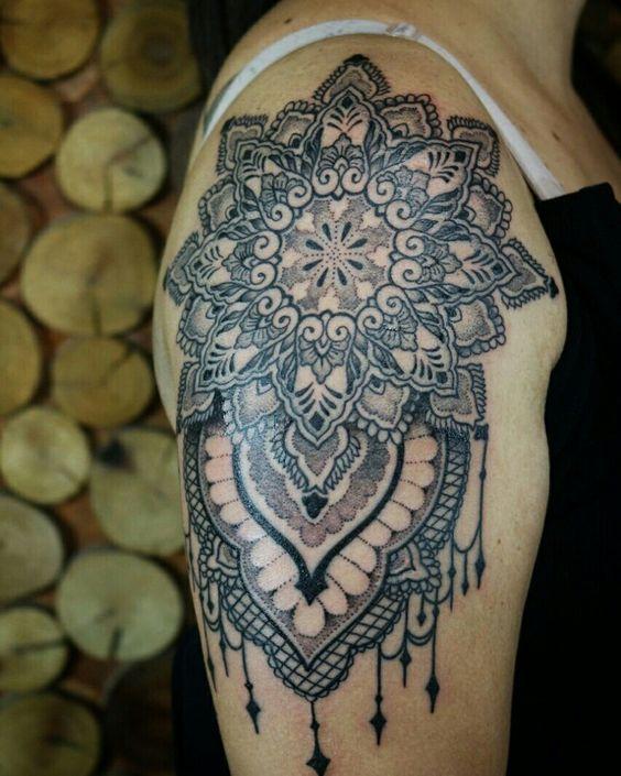 Tatuagem ornamental criada pela artista Marley Mendes, de Mogi das Cruzes-SP