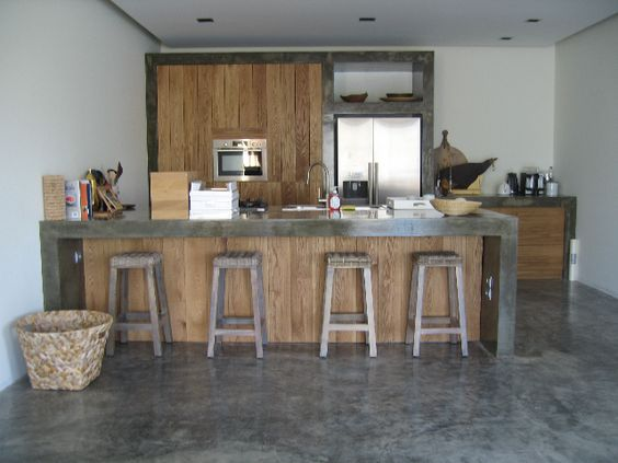 Houten keuken met betonnen aanrechtblad, keukeneiland en rvs ...