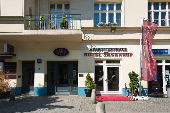 Unser Hotel liegt  direkt an der Schönhauser Allee 140. Die U2 Station Eberswalder Strasse liegt direkt vor der Haustür. Bis zum Alexanderplatz sind es nur 3 Stationen mit der U-Bahn. In der Nähe befindet sich die Max-Schmeling-Halle und die Kulturbrauerei.