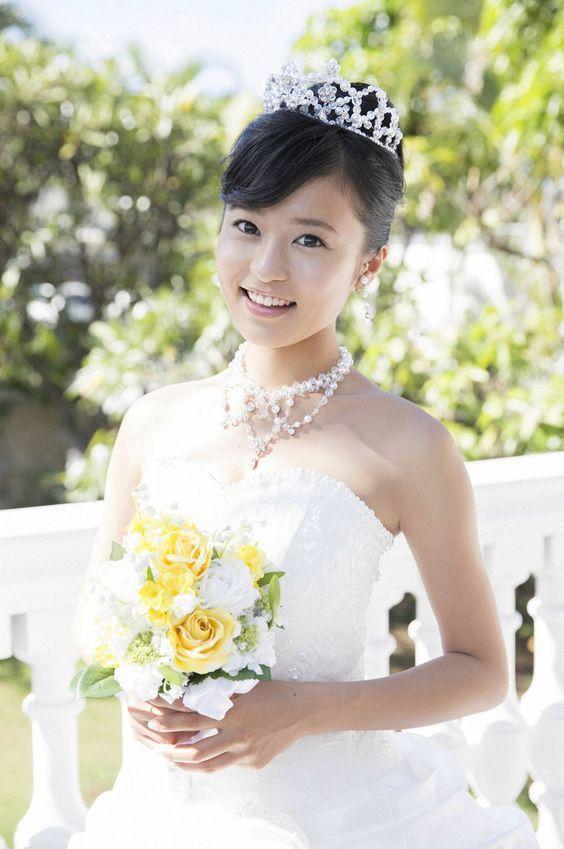 ウェディングドレスのかわいい小島瑠璃子