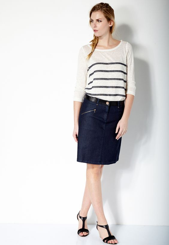 Ce look estival rassemble deux incontournables : la marinière et la jupe en jean. On les porte façon casual avec des sandales compensées noires.
