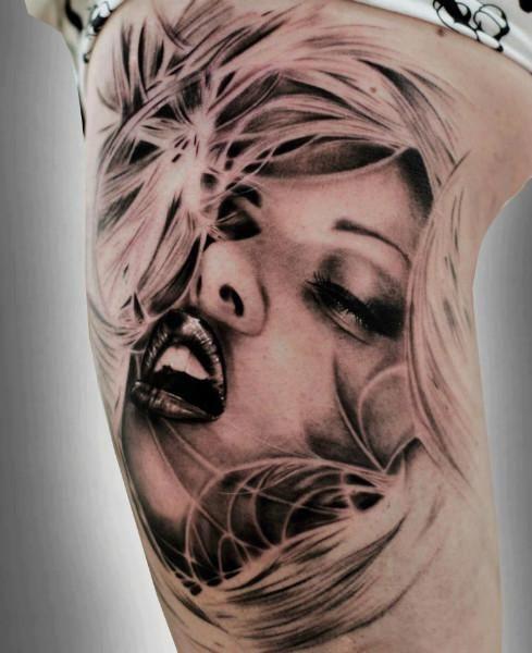 Rostro de mujer tatuaje realista