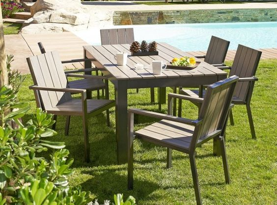 ce salon de jardin tendance comprenant une table et quatre ou six fauteuils en aluminium. Black Bedroom Furniture Sets. Home Design Ideas
