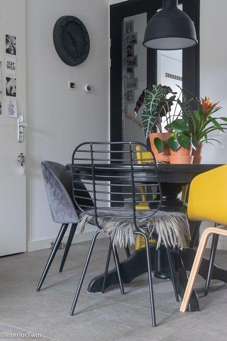 Hedendaags Een zwarte eettafel als middelpunt in de woonkamer (met WU-16