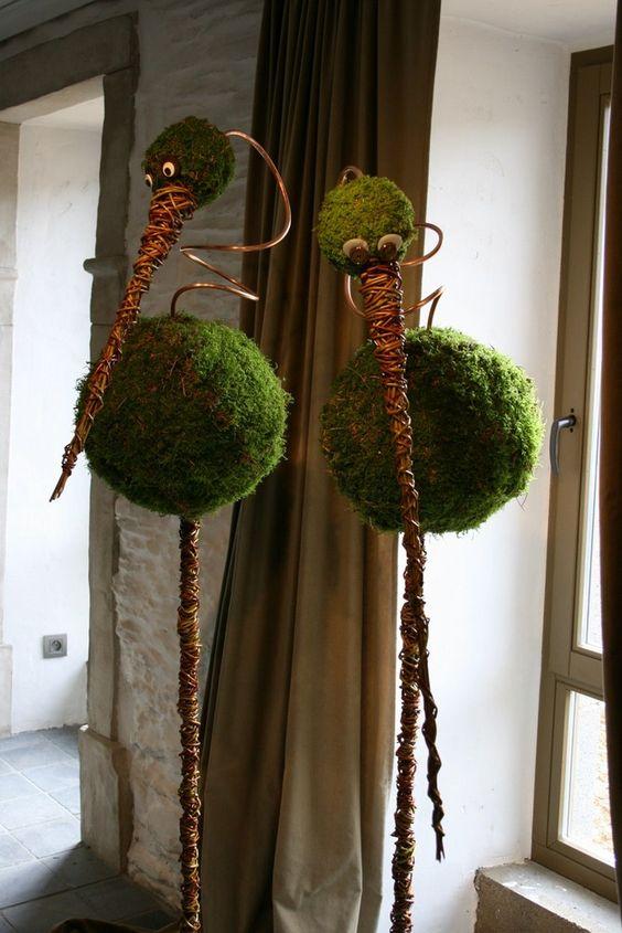 Vogels op stok van piepschuimbol met mos en aluminiumdraad.: