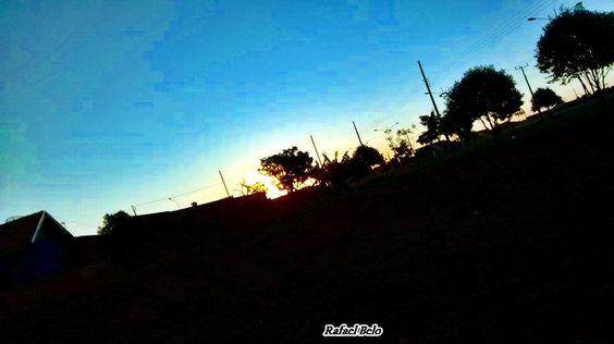 """Olhares do avesso: Intervenção (miniconto) – Rafael Belo http://olharesdoavesso.blogspot.com.br/2014/07/intervencao-miniconto-rafael-belo.html  """"O entardecer trazia a noite para o chão e as cores para o céu. Por enquanto tudo ainda estava azul. Mas, Madalena iria borrar toda a maquiagem do dia."""" #miniconto #intervenção #amigos #littletale #intervention #friends #gānyù #péngyǒu #xiǎogùshì #hastakṣēpa #mitrōṁ #chōṭīsīkahānī"""
