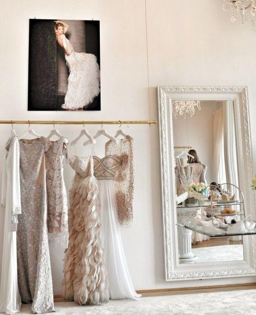 Grand miroir blanc, ambiance épurée, robes longues, pastel  - Les Cachotières