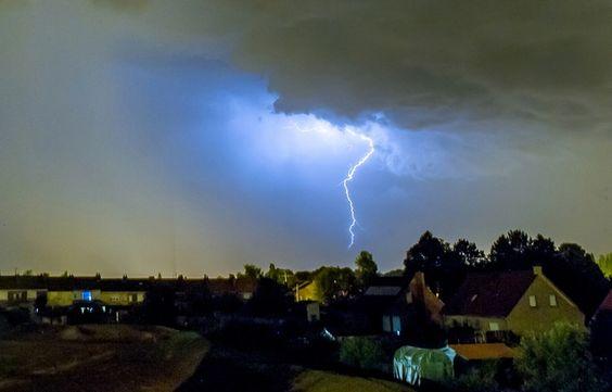 Un éclair dans le ciel de la commune de Godewaersvelde , dans le Nord, le 18 juillet 2014.