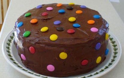 Torta al cioccolato con gli smarties - La torta al cioccolato con gli smarties è una perfetta torta di compleanno per bambini, è buonissima e molto semplice e la cosa positiva è che potete adattarla ai gusti dei bimbi.