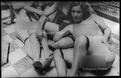 Grupo de prostitutas posando. Alicante, 1933.  Fotografía de la Agencia Magnum.