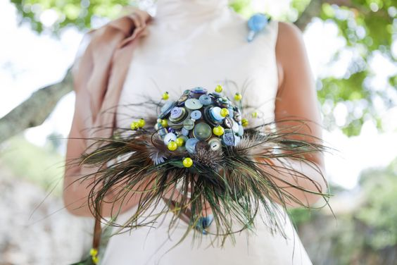 Bouquet de boutons vintage et plumes de paon - By Fleurs de Céléno Vintage buttons bridal bouquet