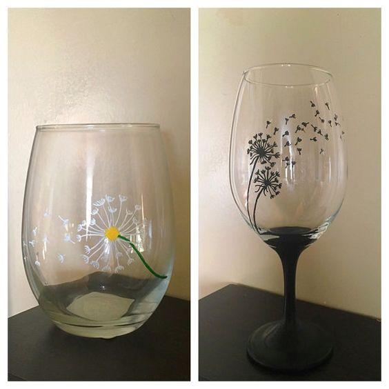 Pissenlit peint verre de vin à la main