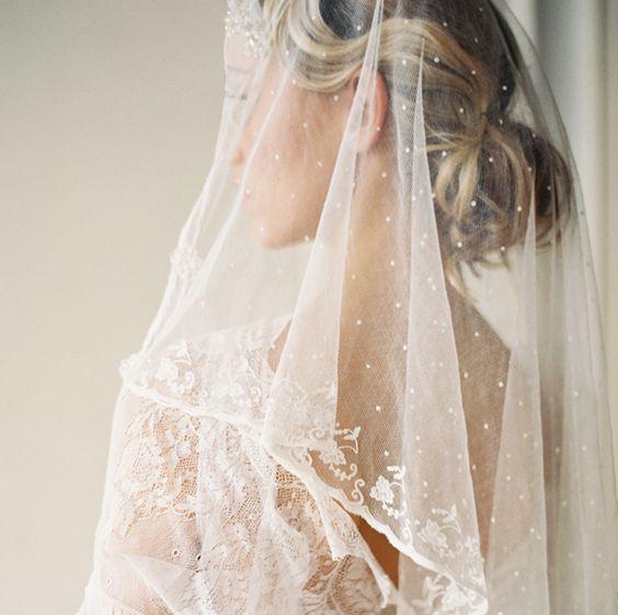 Penteados para noivas de cabelos longos presos: Escolha tecidos leves para o véu