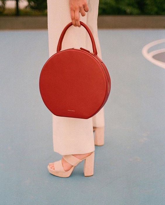 "#MansurGavriel ""Circle Bag"" ile minimalist tarzınızdan ödün vermeyin! https://www.mosmoda.com.tr/mansur-gavriel"