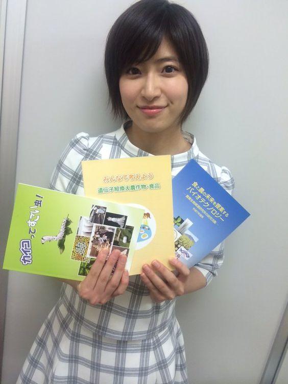 パンフレットを持っている南沢奈央
