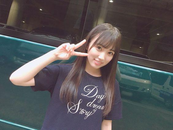 紺色Tシャツの矢吹奈子