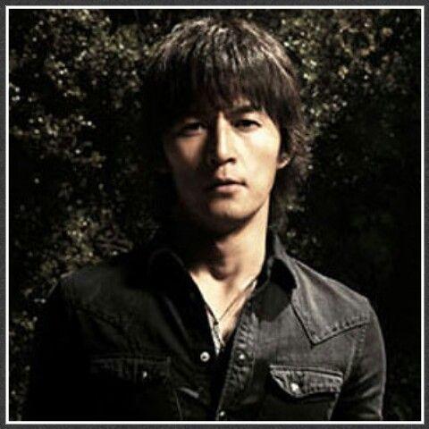 黒のシャツを着た稲葉浩二