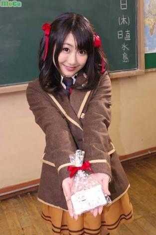 茶色の制服の日高里菜さん
