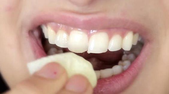 Cette Fille a Trouvé une Astuce Étonnante Pour Blanchir ses Dents en 2 Min.