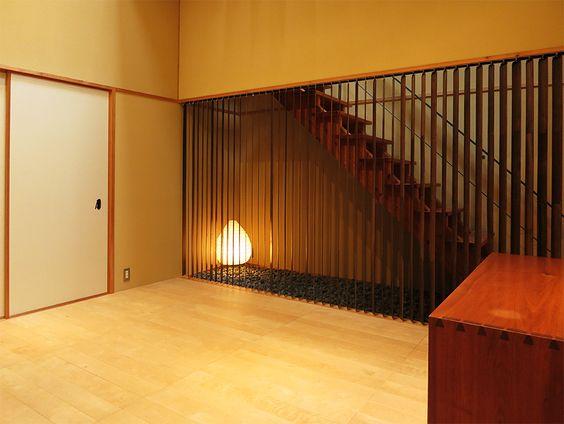 玄関ホールのような空間。メインの客室やメゾネットに上がるときに通るだけなので、この広さはちょっともったいない。部屋の隅にイサム・ノグチの「AKARI」。手前に写っているのがジョージ・ナカシマのサイドボード。