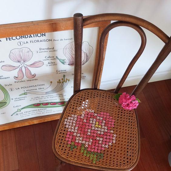 Chaise de bistrot ancienne, cannage et point de croix. - Vintage Magic