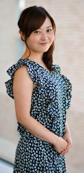 花柄のノースリーブのワンピースを着て微笑んでいる水卜アナの画像