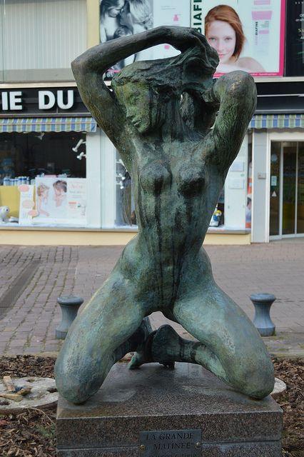 """Statue en bronze vue à Sarrebourg 57400 Lorraine France). """"La grande matinée"""" François Cacheux, d'origine franco-suisse, est le petit-fils du peintre genevois Armand Cacheux (1868-1965)."""