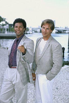 """Sunny Crocket & Tubbs; Miami Vice ist eine US-amerikanische Fernsehserie. Zwischen 1984 und 1989 wurden in fünf Staffeln insgesamt 111 Episoden produziert. Sie gilt als eine der populärsten Serien der 1980er-Jahre. Don Johnson: James """"Sonny"""" Crockett    Philip Michael Thomas: Ricardo """"Rico"""" Tubbs"""