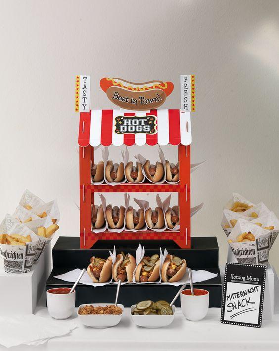 Hotdog-Bar - Ihre Gäste werden Sie dafür lieben, nachts noch ein paar herzhafte Snacks zu servieren. Die gute alte Currywurst ist ja bereits der Renner auf vielen Hochzeiten.