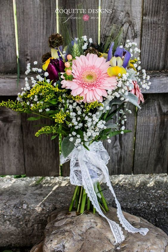 Rustic bouquet with a romantic touch