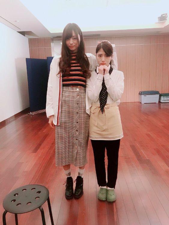 メンバーと並んでいるロングスカートをはいた梅澤美波の画像