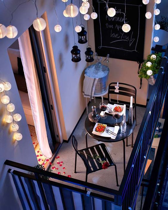 Esprit romantique sur un balcon décoré avec soin.