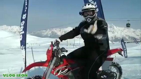 Гонка на снегу. Кроссовый мотоцикл против горнолыжников