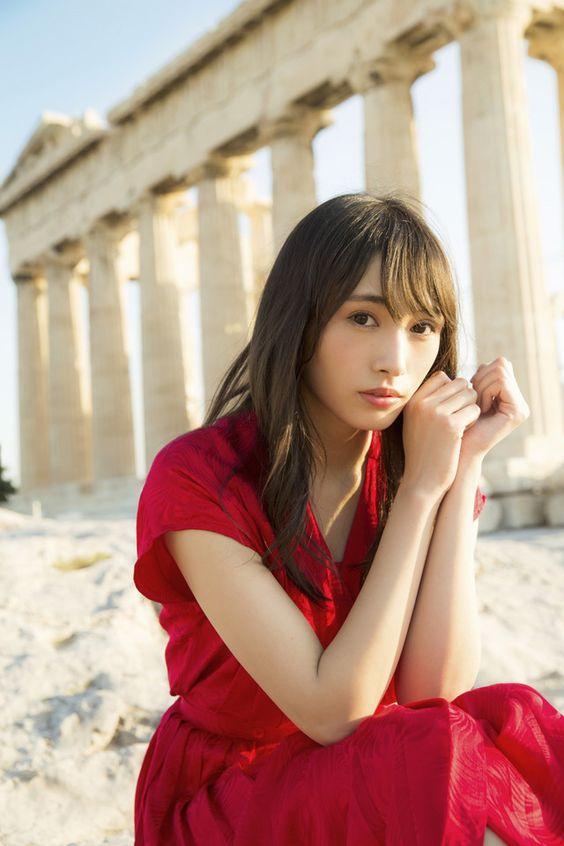 神殿と赤い服の渡辺梨加