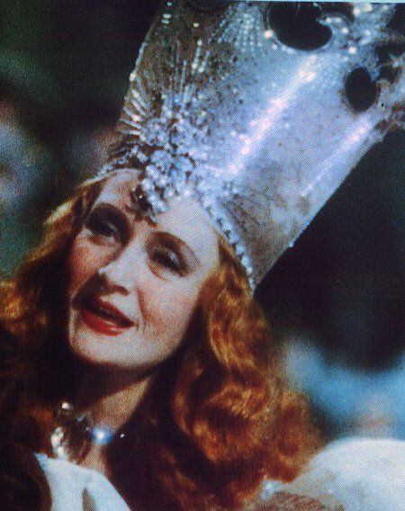 Billie Burke es  Glinda (la bruja buena del norte), El mago de Oz (The Wizard of Oz, 1939) película dirigida por Victor Fleming.