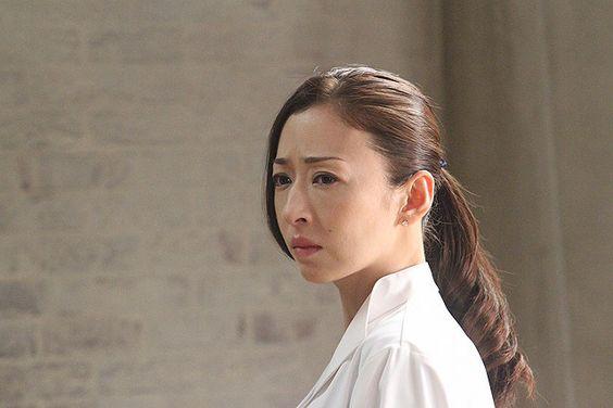 険しい表情の松雪泰子