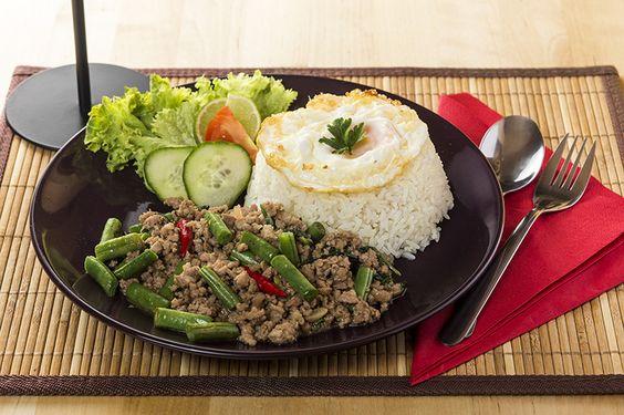 Ennél a thai ételnél édes bazsalikomot használunk, sertéssel, csirkehússal, vagy tigrisrákkal készítjük.