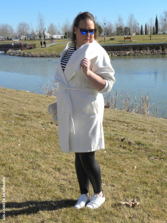 abrigo-albornoz-coat-white-bathrobe-coat-tendencia-abrigo-albornoz-blanco-legging-polipiel-gafas-de-sol-hawkers-look-blogger-curvy-los-looks-de-mi-armario-02